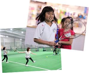 テニスレッスンを楽しんでいる風景