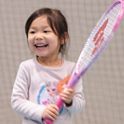 子供とテニスラケット