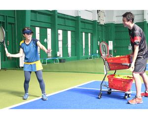 大人も子供も笑顔が見えるテニスレッスン風景